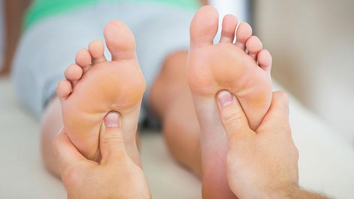 sírós bőrkeményedés az ujjak között)